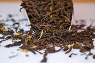 Thé Noir Parfumé Bio de Chine Pu'Erh Gourmand amande poire caramel macaron noix de coco pétales de soucis par L'Artisanes Thés Cafés maison de thé à Saint-Quentin
